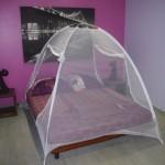 Le lit avec sa moustiquaire